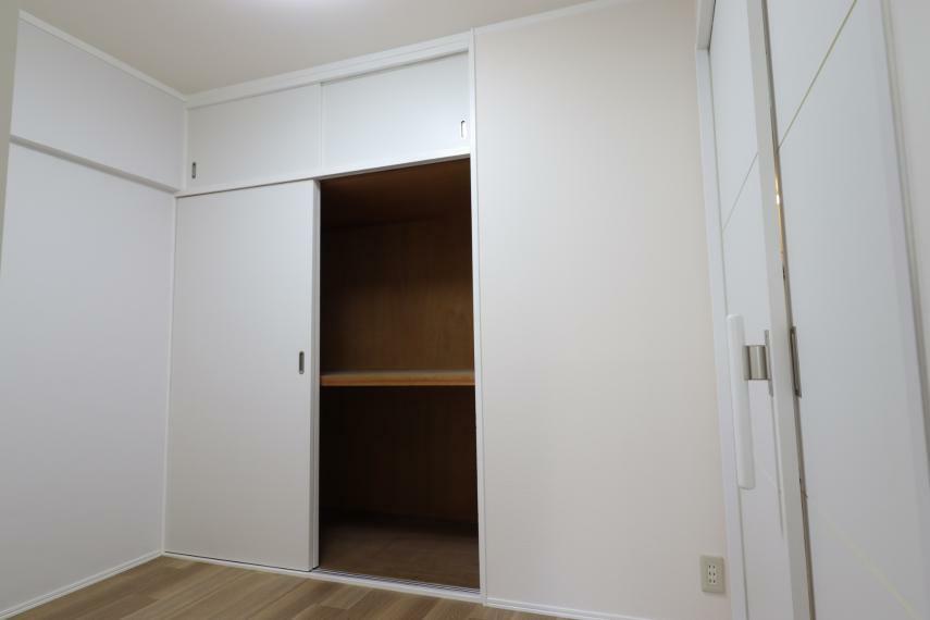 洋室 【洋室1】 収納付きのお部屋です。(2020年11月撮影)