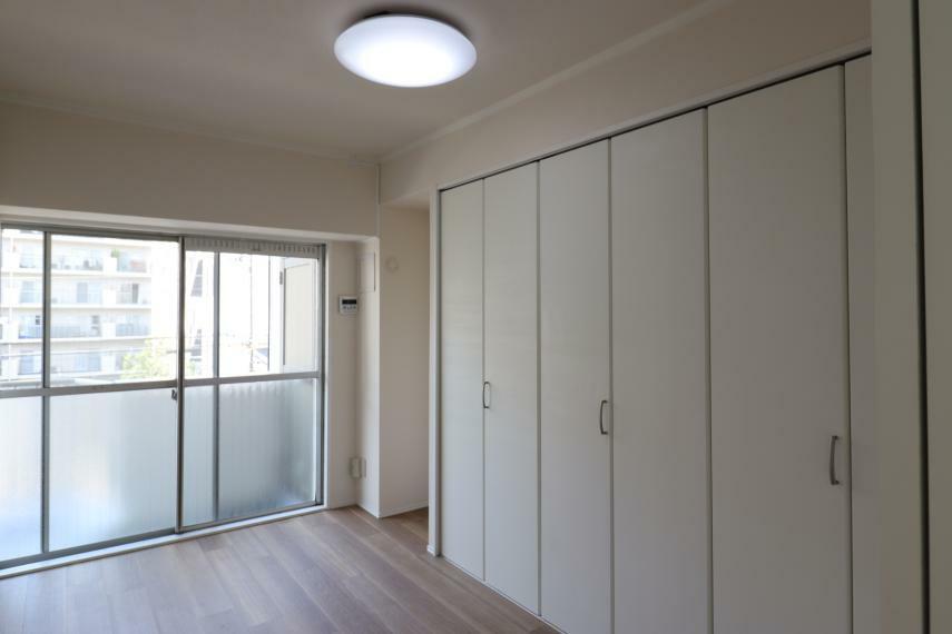 洋室 【洋室2】 大きなクローゼット付きの洋室で、整理整頓もしやすいです。(2020年11月撮影)