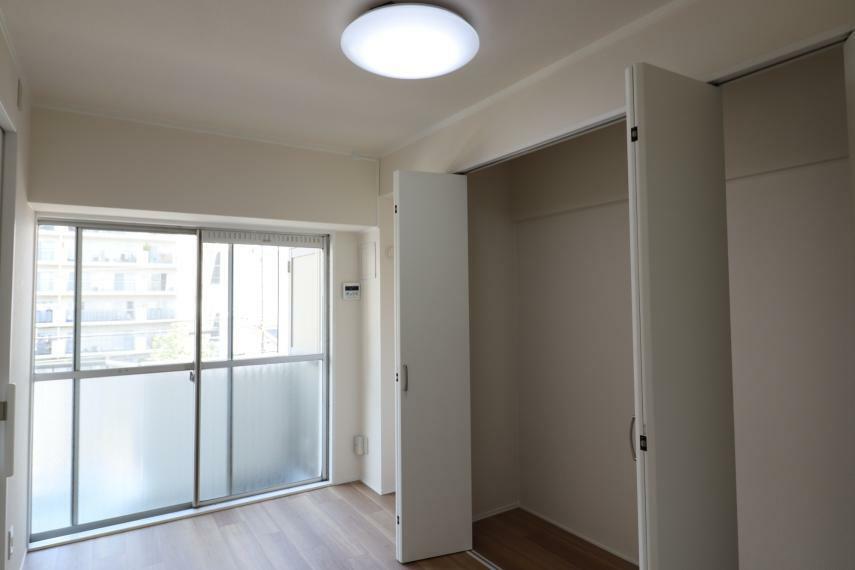 洋室 【洋室2】 大きな窓があり、採光良好なお部屋です。(2020年11月撮影)