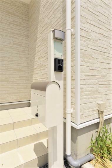 門柱同仕様例。 雨風に強い軽量アルミニウム仕上げ。インターホン・ポスト・照明・表札のセットです。