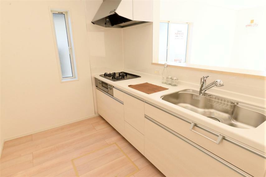 キッチン リビングを見渡せる対面式キッチン。スペースにゆとりがあり並んでお料理を楽しめます。