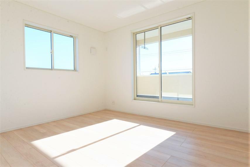 洋室 大きな窓からは暖かな陽光が広がり、プライベートルームを快適にお使いいただけます。