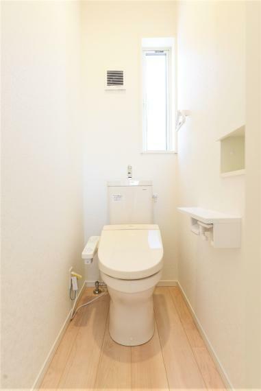 トイレ リフトアップもできるシャワー水栓で、洗髪時には両手が使えます。三面鏡はくもり止め機能付き。裏側が収納になっており、トレイの高さ調節も可能です。