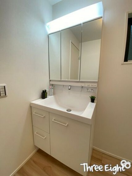 洗面化粧台 【1F 洗面室】 洗面台は収納力のある3面鏡タイプです。 細々とした洗面台周りの小物もしっかり収納が可能です。