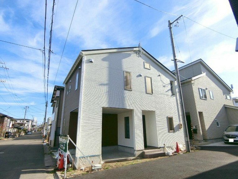 現況外観写真 2階のリビング、1階約9帖の洋室は、将来間仕切り可能な2ドア1ルームです。