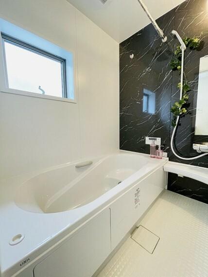 浴室 ゆったりとしたバスルームで一日の疲れを癒せます。 浴室乾燥付きで、 雨の日でもお洗濯物等干して頂けます。