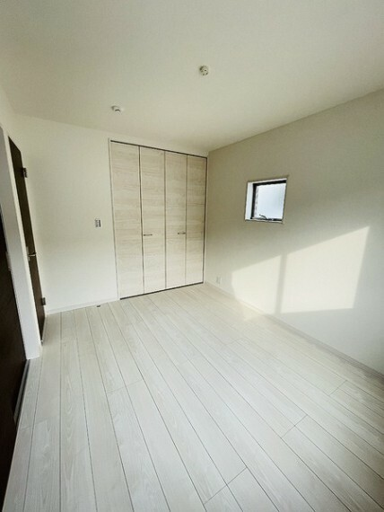 洋室 二面採光で明るい6帖の洋室 住まいを想う仕事、人生を輝かせる使命と理念。 不動産のことならセンチュリー21いちにし不動産【一年中休まず営業中】にお任せ下さい。