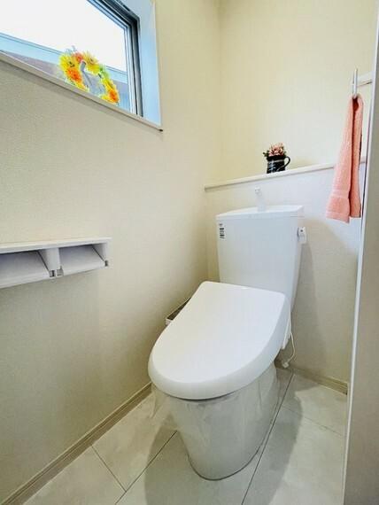 トイレ 白を基調とした清潔感のある温水洗浄暖房便座つきトイレ。 住まいを想う仕事、人生を輝かせる使命と理念。 不動産のことならセンチュリー21いちにし不動産【一年中休まず営業中】にお任せ下さい。