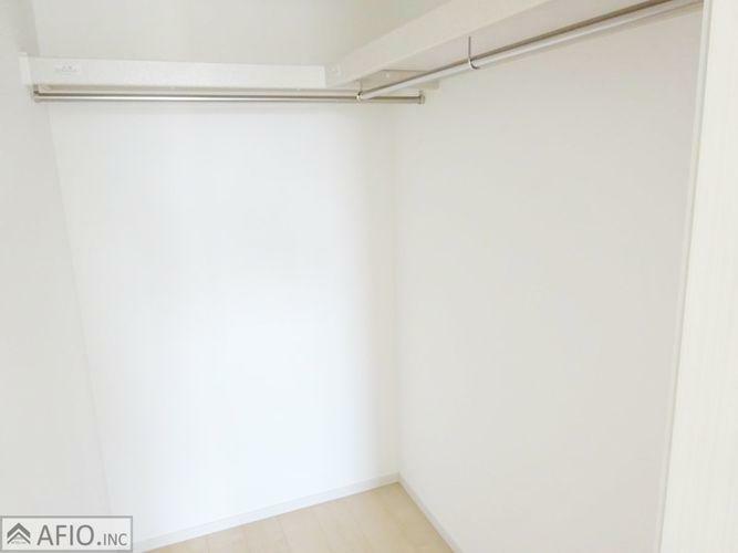 ウォークインクローゼット 大きなウォークインクローゼットには、季節物の衣類などまとめて収納でき、お部屋を広く使えます!