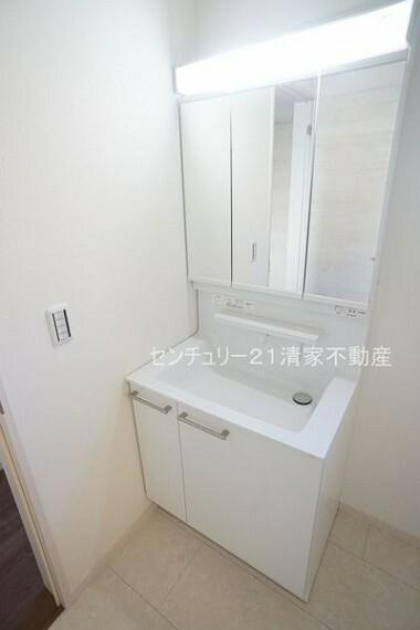 洗面化粧台 2号棟:ワイドな鏡を備えた洗面化粧台(2021年02月撮影)