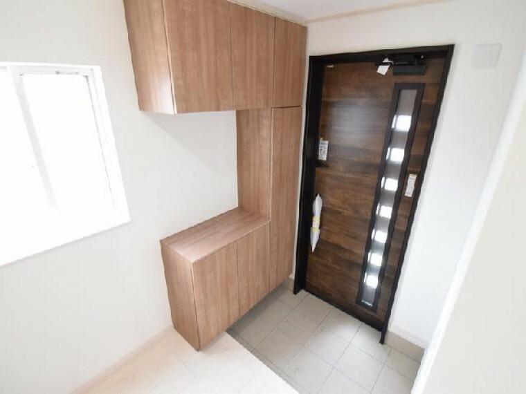 玄関・・・ゆったりとした玄関には約60足収納可能なシューズボックスがあります。