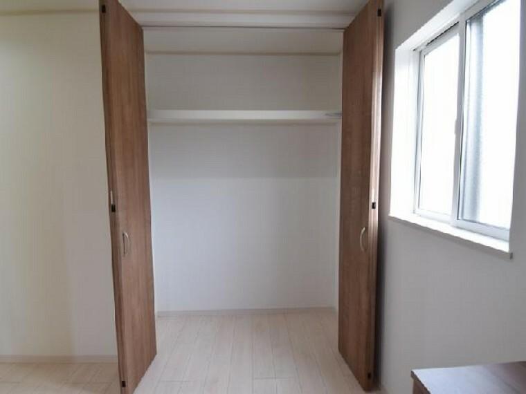 玄関ホール収納・・・玄関ホールには収納があります。お出かけの際のコートやマフラーなどの収納に便利ですね。