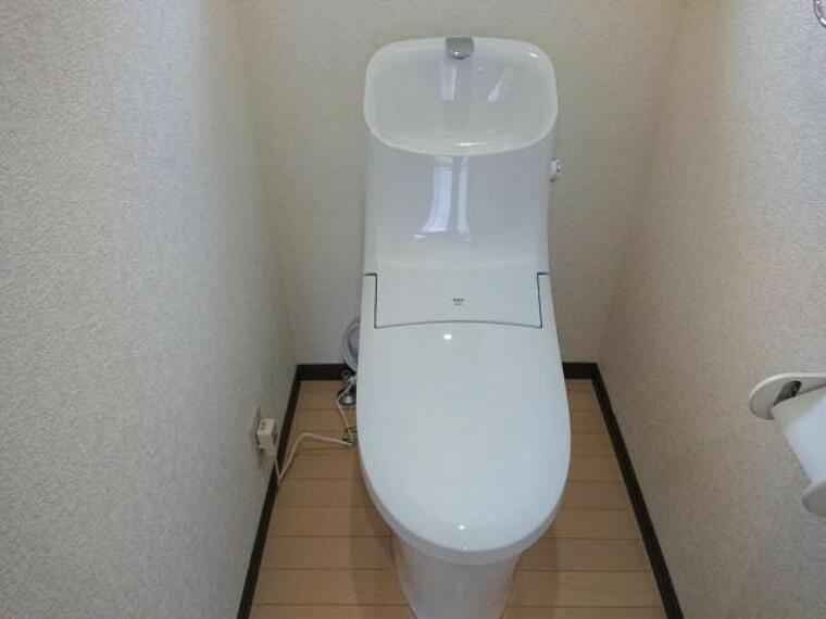 トイレ 【8月6日撮影・リフォーム後写真】トイレはLIXIL製の温水洗浄機能付きに新品交換しました。キズや汚れが付きにくい加工が施してあるのでお手入れが簡単です。直接肌に触れるトイレは新品が嬉しいですよね。