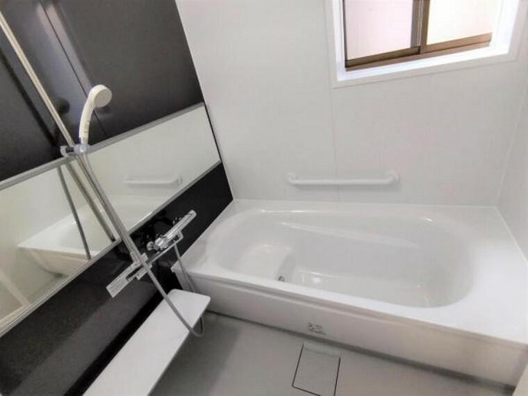 浴室 【8月6日撮影・リフォーム後写真】浴室はTOTO製の新品のユニットバスに交換しました。新品の浴槽で1日の疲れをゆっくり癒すことができますよ。追い焚き機能付きになります。
