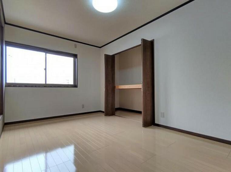 【8月6日撮影・リフォーム後写真】2階6.7帖洋室の写真です。床・クロスの張替え、建具の新設を行いました。収納も十分にありますのでお子様のお部屋にいかがでしょうか。
