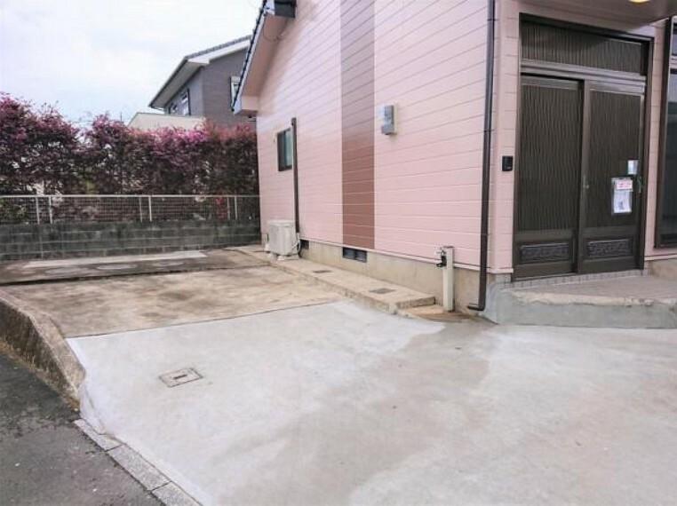 駐車場 【8月6日撮影・リフォーム後写真】駐車場の写真です。駐車スペースの拡張工事を行いました。普通車2台分のスペースです。