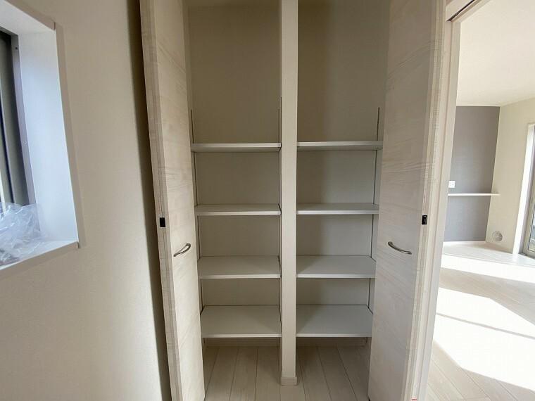 玄関 玄関部分収納です。 両開きの収納スペースで家族分の靴や小物もしまえます