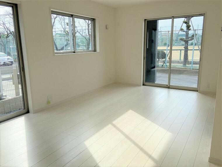 居間・リビング 別の角度からではシンプルなホワイトカラーで清潔感のある印象。2面採光で優しい日差しが入ります