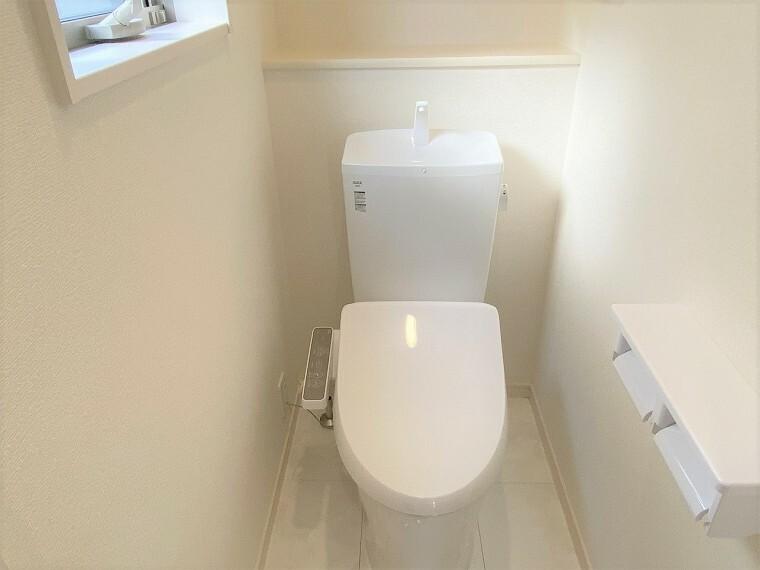 トイレ シンプルで清潔感のあるお手洗いです。 温水洗浄便座で冬でも快適です