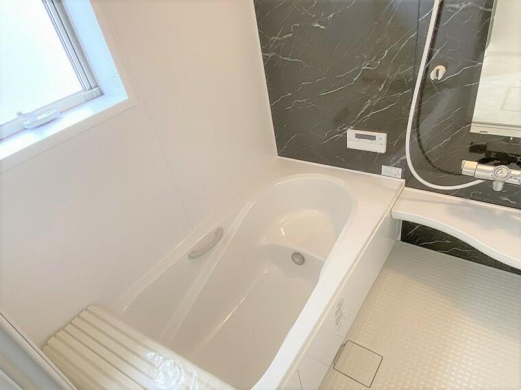 浴室 窓付きの明るい浴室  浴室乾燥機能付きで雨の日のお洗濯も安心