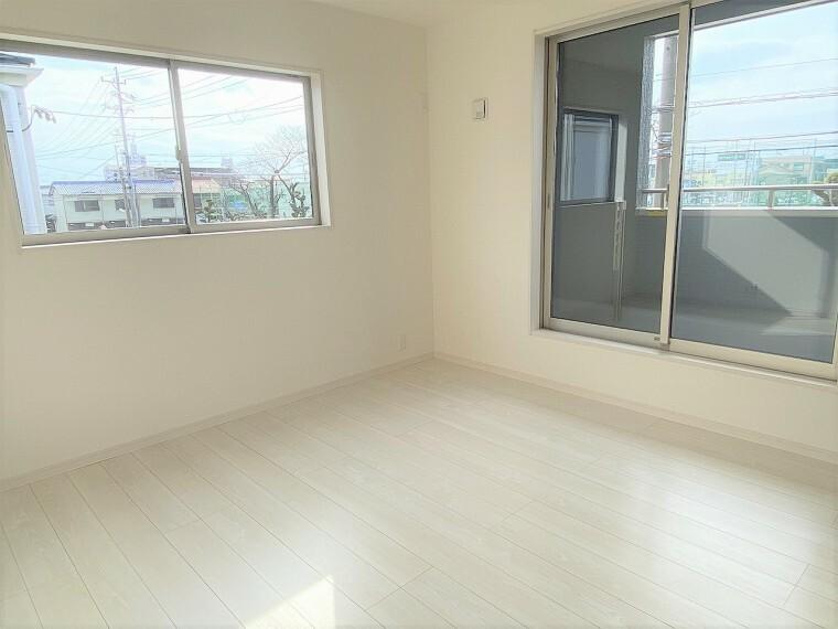 洋室 2階の居室です。 こちらもシンプルで自由にコーディネートが楽しめるお部屋。インナーバルコニーへ出ることができます