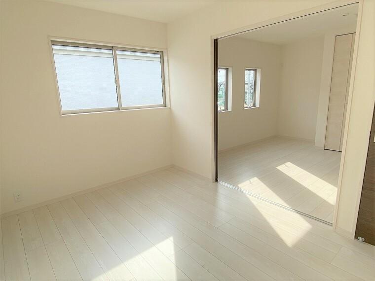 洋室 明るい日差しの差し込む洋室。続き間としても使えるので必要に応じてコーディネートが可能です