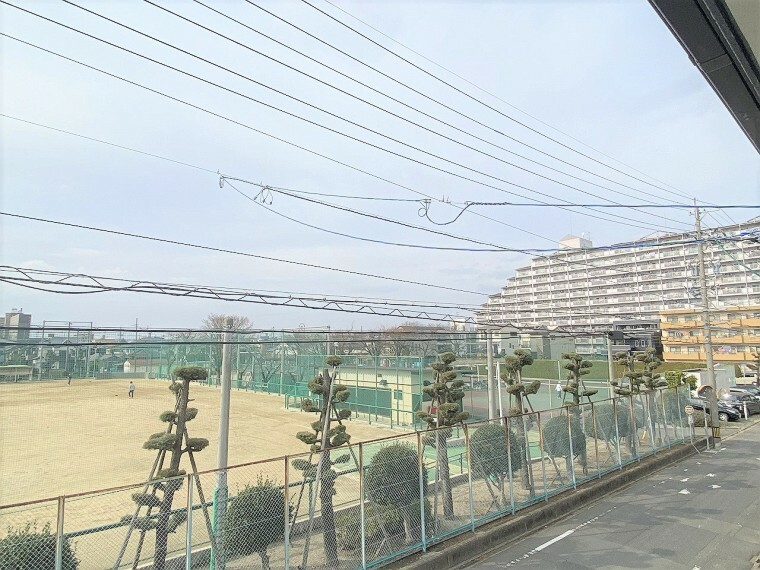 眺望 バルコニー前面は建物がないので通風も良好です