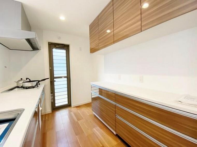 キッチン 毎日使う場所なので使い勝手の良いものであってほしいキッチンは、リビングの様子が窺える対面式です。カップボードが設置されているので色合いに一体感があり高級感を演出します(A号棟)