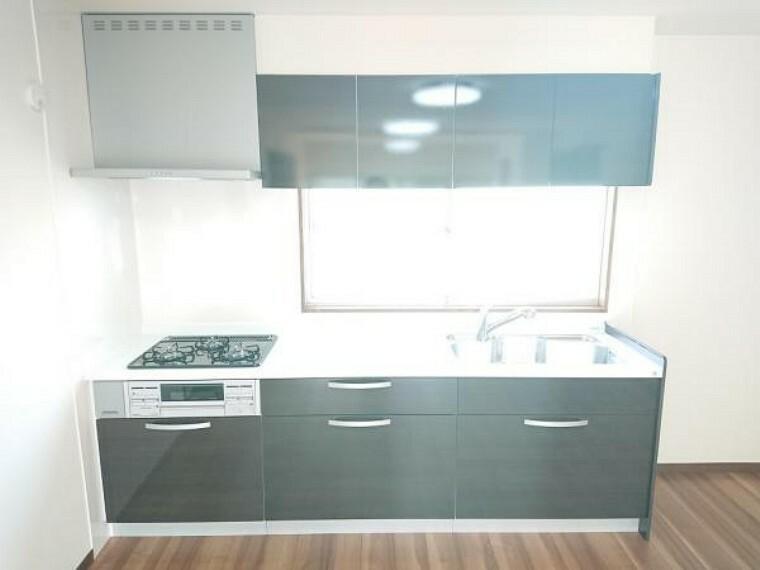 キッチン 【キッチン】キッチンはハウステック製の新品に交換しました。引出が4つの嬉しい多収納タイプ。天板は熱や傷にも強い人工大理石仕様なので、毎日のお手入れが簡単です。右側には、冷蔵庫・食器棚スペースも確保しています。