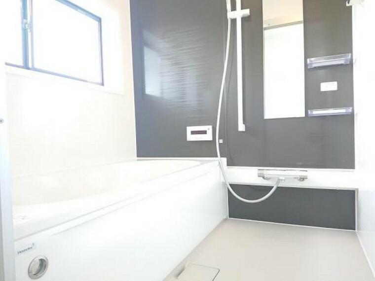 浴室 【ユニットバス】浴室はハウステック製の新品のユニットバスに交換しました。足を伸ばせる1坪サイズの広々とした浴槽で、1日の疲れをゆっくり癒すことができますよ。