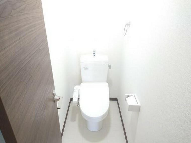 トイレ 【トイレ】トイレはTOTO製の温水洗浄機能付きに新品交換しました。表面は凹凸がないため汚れが付きにくく、継ぎ目のない形状でお手入れが簡単です。節水機能付きなのでお財布にも優しいですね。