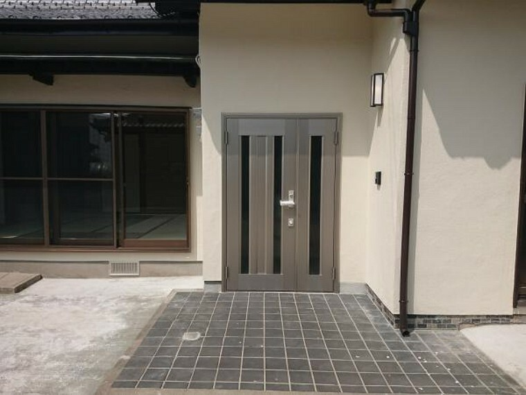 玄関 【リフォーム済】お家の顔である玄関ドアを新品に交換しました。気持ち良くお客様をお迎え出来ますね。