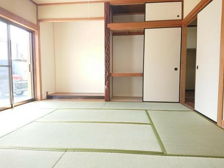 和室 【リフォーム済】1階南西側8帖和室です。畳表替えを行い、新品の照明器具を設置しました。大きな押入もあるので便利です。南面には大きな窓があるので明るいですね。