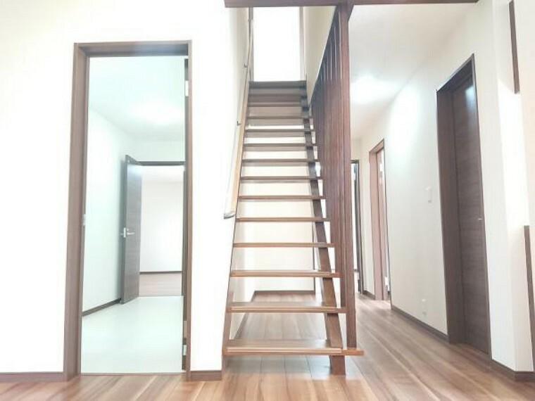 【階段】2階へと続く階段です。手すりを新設したので、安心して昇り降り出来ますね。