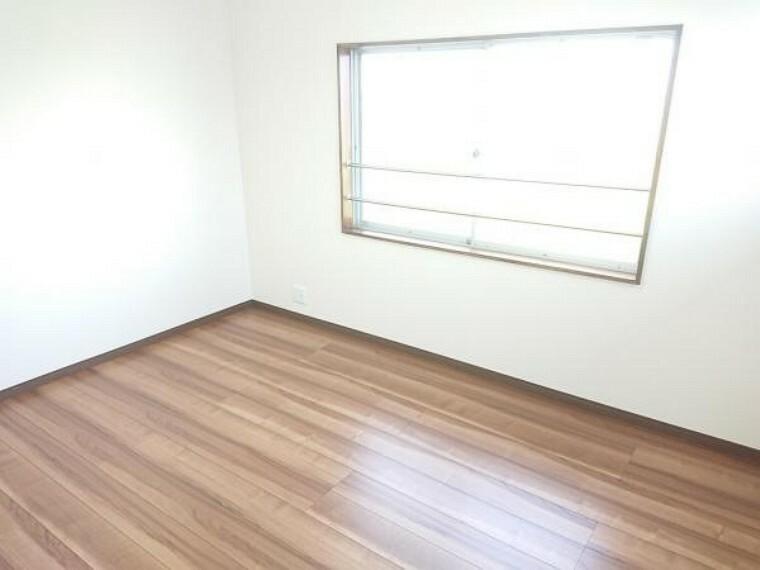 洋室 【リフォーム済】2階北東側6帖洋室です。フローリング張りを行い、壁・天井のクロスを張替ました。全てのフローリングの床材は住友林業クレスト製のものを使用しています。