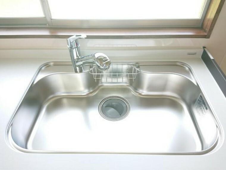 【シンク】新品キッチンのシンクはサビにくく熱に強いステンレス製です。水はねの音を抑える静音設計で、従来よりもさらに水音が静かになっています。