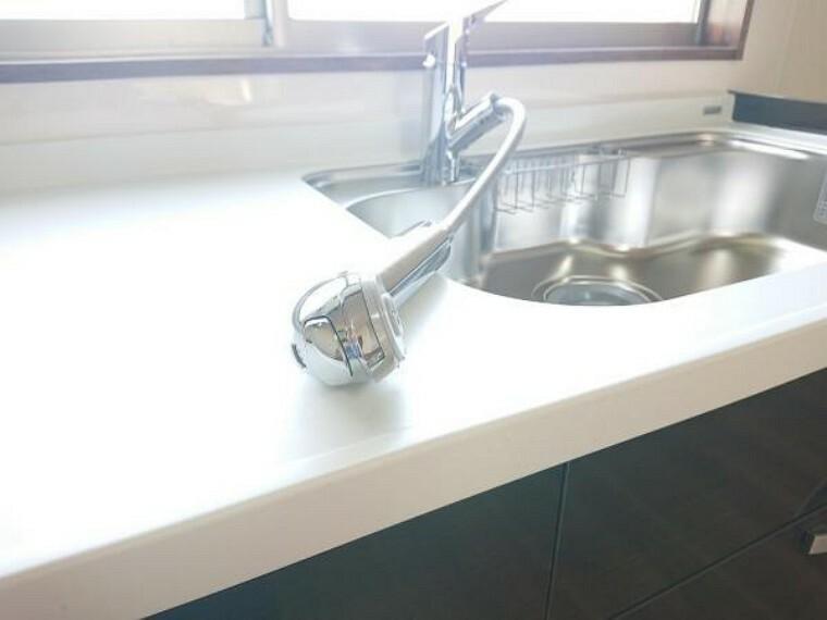 【水栓金具】新品キッチンの水栓金具はノズルが伸びてシンクのお手入れもラクラクです。水栓本体には浄水機能が内蔵されていて、おいしいお水をつくります。