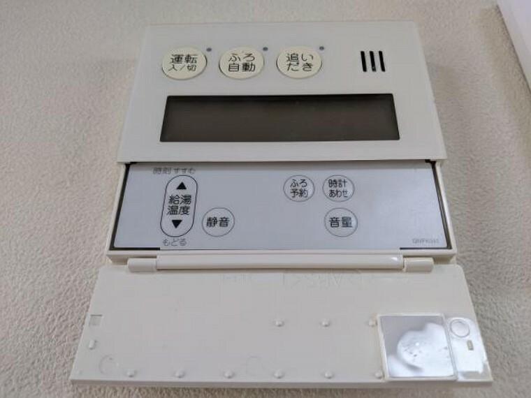 発電・温水設備 【給湯リモコン】追い焚き機能付き給湯リモコンをダイニングに設置しました。忙しい家事の合間でもボタン一つで湯張り・追い焚きできるのは便利で嬉しい機能です。