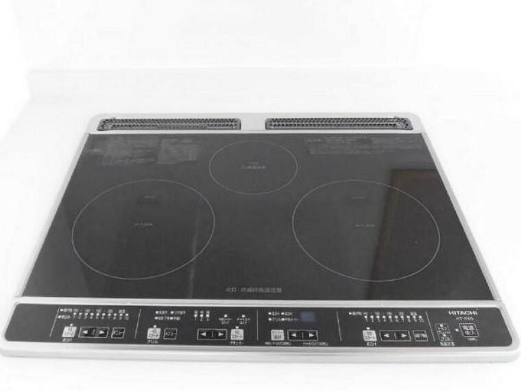 【同仕様写真】新品交換予定のキッチンは3口コンロなので同時進行で調理可能。大きなお鍋を置いても困らない広さです。火を使わないので小さなお子さんがいるご家庭では安心ですね。