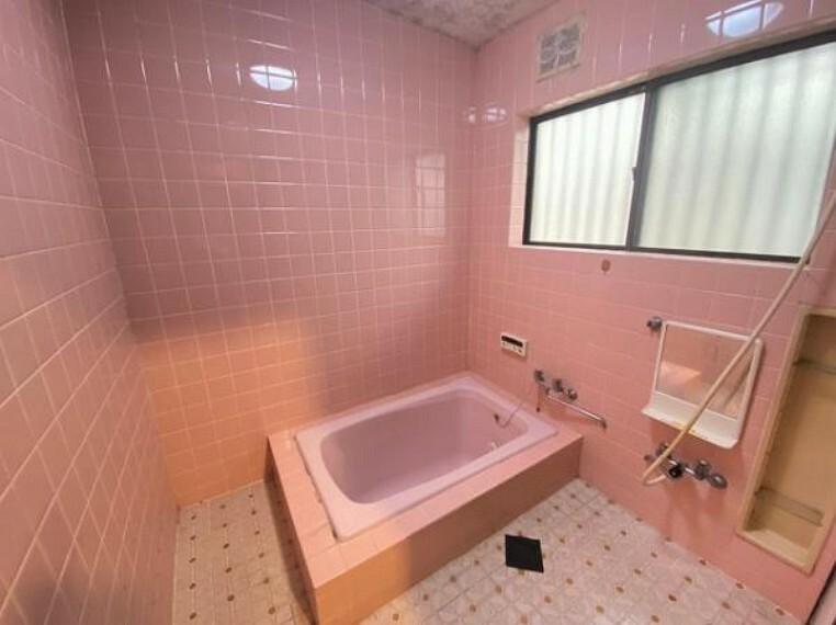 浴室 大きな窓があり換気もバッチリ