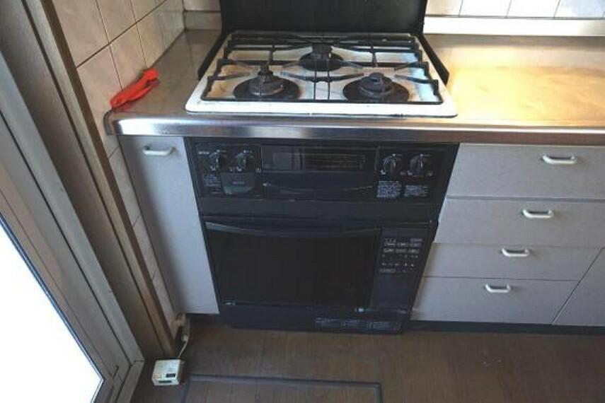 キッチン 3口コンロですので、一度に沢山のお料理が出来ますね。