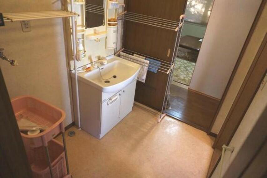 洗面化粧台 2ヶ所から出入りができ便利ですね。