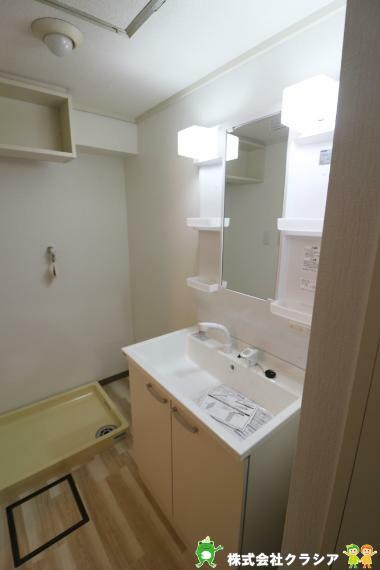 洗面化粧台 気持ちのいい朝をつくりだしてくれる洗面室はシンプルなデザインで仕上げられています(2020年12月撮影)