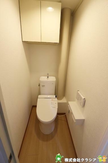 トイレ 壁には収納スペースがあり、トイレットペーパーや芳香剤などを置くのに便利ですね(2020年12月撮影)