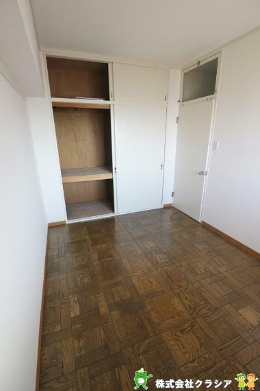 洋室 収納完備していますので、綺麗な空間が保てますね(2020年12月撮影)