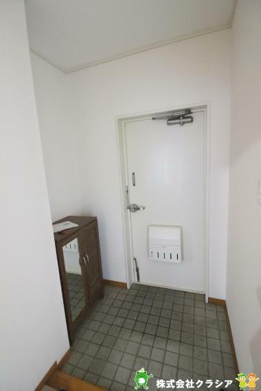 玄関 家族の帰り、お友達を迎える玄関。心地のいい安らぎのある暮らしになりますね(2020年12月撮影)