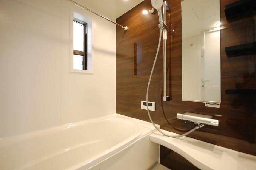 浴室 B棟/冷たさを感じにくく汚れを落としやすい床材や、ごみをクルクルまとめる排水溝など細やかな工夫が凝らされたバスルーム。浴室暖房換気乾燥機で、一年中洗濯物がサラッと乾きます。