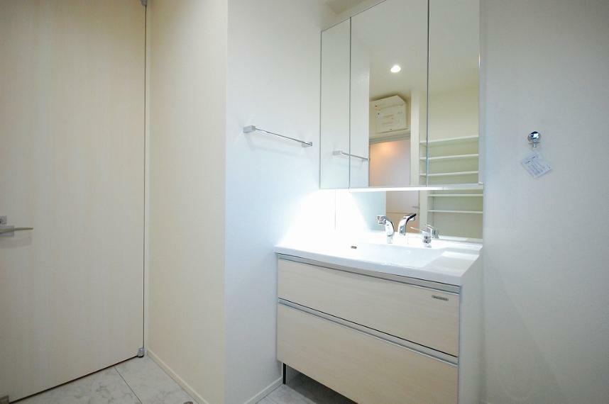 ランドリースペース A棟/洗面台の反対側にはオープン収納を設計しました。ご家族分のナイトウェアやタオルをたっぷり収納でき、お風呂上がりにお部屋を行き来する必要はありません。