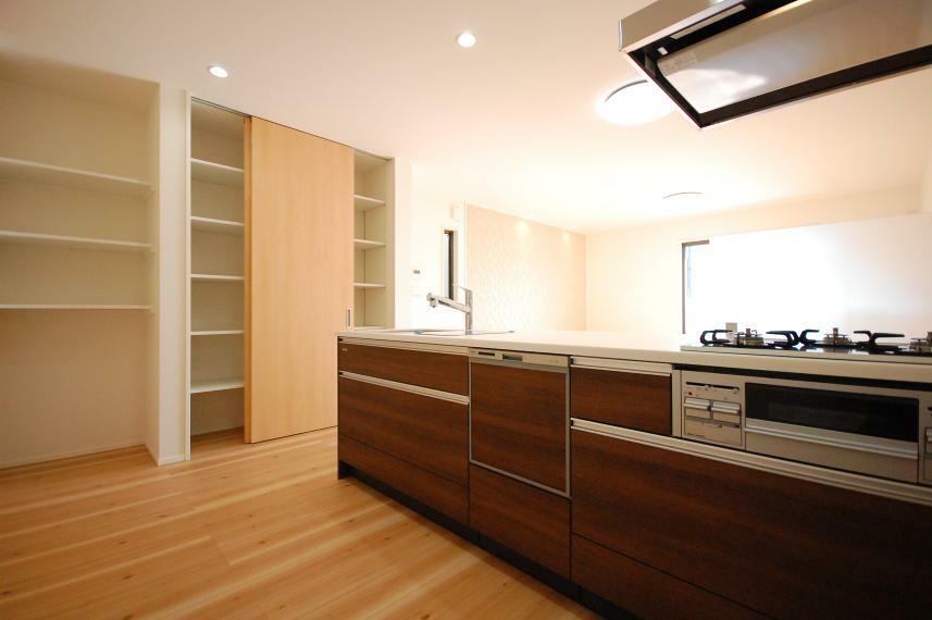 ダイニングキッチン B棟/後方の可動棚はパントリーとして食品をストックできる便利なスペース。リビングで使うお子さんのおもちゃや本などの収納場所にすれば、収納家具が不要になりリビングがより一層広々