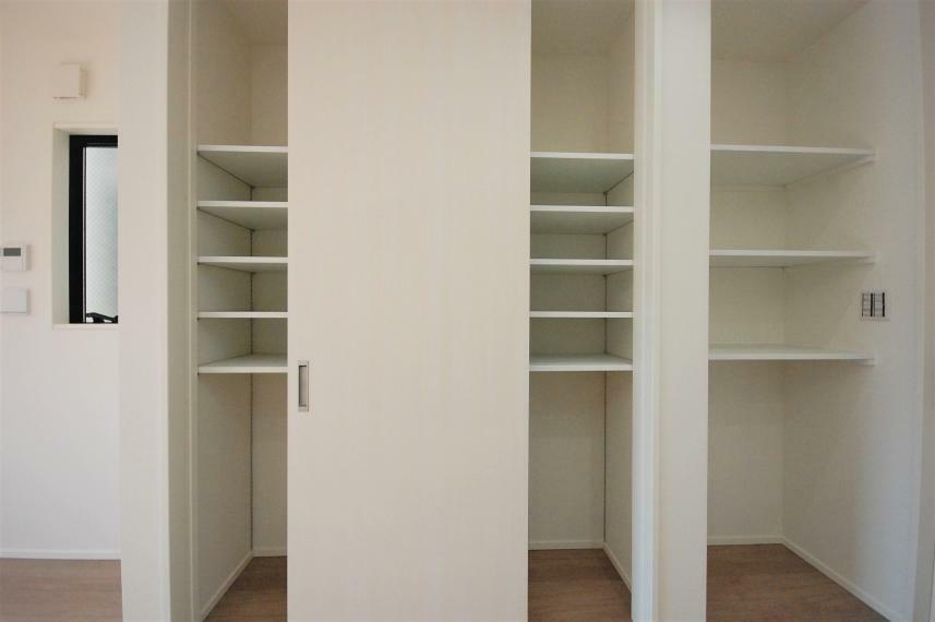 収納 A棟/大ボリュームのパントリー収納。扉のないオープンスペースはコーヒーメーカーを置いて朝食スペースにも。